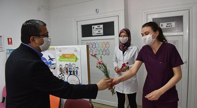 Başkan Öz'den hemşirelere çiçekli kutlama