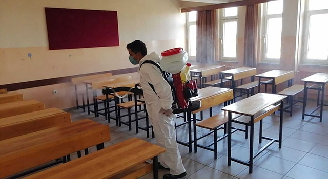 Belediye ekipleri, okulları dezenfekte etti