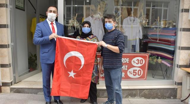 Başkan Erdoğan, Türk bayrağı dağıttı