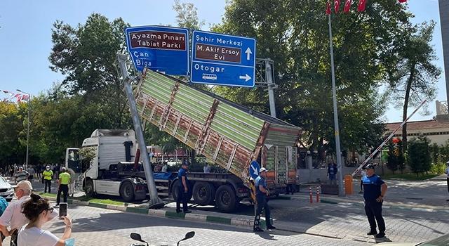 Seyir halindeki kamyon kasası açılınca yol levhasına takıldı