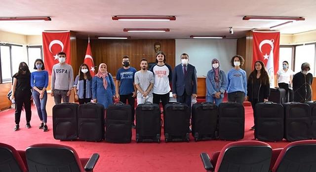 Üniversiteyi kazanan öğrencilere Başkan Öz'den valiz hediyesi
