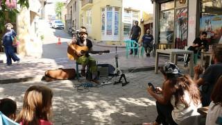 Bayramiç Pekmezci Sokak'ta müzik dinletisi