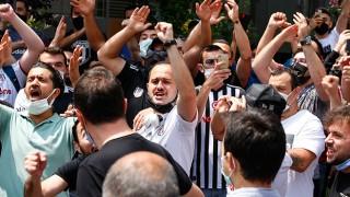 Beşiktaş'ta Sergen Yalçın depremi: Taraftarlar evinin önünde toplandı