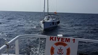 Yardım talebinde bulunan yelkenli tekne marinaya yanaştırıldı